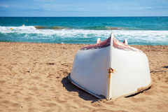 De oude witte boot legt op het zandige strand Royalty-vrije Stock Foto