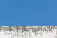 De oude witte bouw met blauwe hemel stock foto