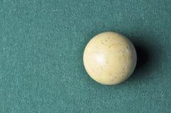 De oude witte kleur van de biljartbal op groene biljartlijst, exemplaarruimte stock foto's