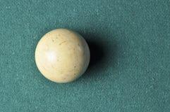 De oude witte kleur van de biljartbal op groene biljartlijst, exemplaarruimte royalty-vrije stock foto's