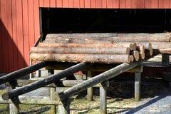 De oude zaagmolen uit bij het land in Zweden royalty-vrije stock foto