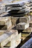 De oude zaagmolen uit bij het land in Zweden stock afbeeldingen