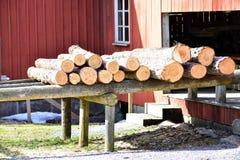 De oude zaagmolen uit bij het land in Zweden royalty-vrije stock fotografie