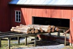 De oude zaagmolen uit bij het land in Zweden stock afbeelding
