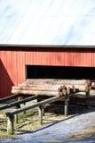 De oude zaagmolen uit bij het land in Zweden royalty-vrije stock afbeelding