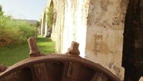De oude zitting van het toestelwiel naast de 18de eeuwaquaduct Montego Bay, Jamaïca stock footage