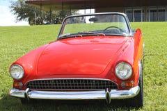 De oude Zonnestraalauto bij de auto toont Royalty-vrije Stock Fotografie