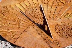 De oude zonnewijzer toont bijna middag op een Zonnige dag stock foto's