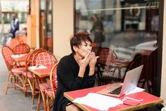 de oude zuster heeft gesprek met verwant door laptop Royalty-vrije Stock Foto's