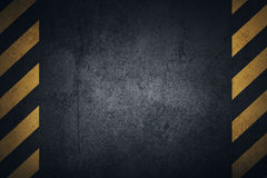 De oude zwarte grungy oppervlakte van de metaalplaat met gele waarschuwingsstrepen royalty-vrije illustratie