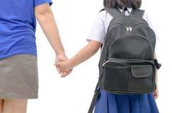 De ouder en de Aziatische student gaan hand in hand isoalted Stock Foto