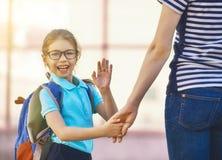 De ouder en de leerling gaan naar school Stock Foto
