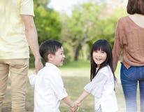 De ouder houdt de hand van kinderen royalty-vrije stock afbeeldingen