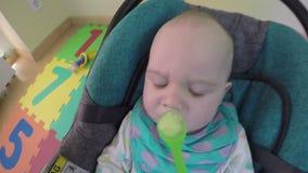De ouder voedt weinig jongen van lepel met fruit fijngestampte aardappels 4K stock footage