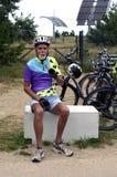 De oudere fietser heeft een snack en ontspant na het bicycling van reis in Duitsland royalty-vrije stock afbeelding