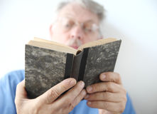 De oudere mens leest boek Royalty-vrije Stock Afbeelding