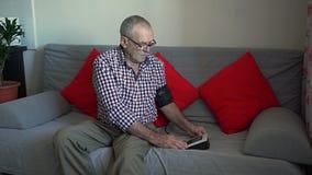 De oudere Mens meet Zijn Druk stock video
