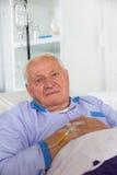 De oudere mens ontvangt infusie royalty-vrije stock afbeelding