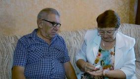 De oudere mensen nemen geneeskunde stock video