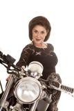 De oudere vrouw op motorfiets sluit glimlach stock afbeeldingen