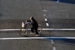 De oudere Vrouwen berijdt een fiets Stock Foto's