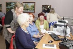 De oudere vrouwen in een sociale steun centreren stock afbeeldingen
