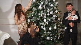 De ouders besteden thuis nieuwe jaar` s vooravond met kinderen stock video