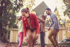 De ouders hebben spel met kinderen Moeder die onder hand lopen stock foto's