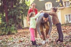 De ouders hebben spel met kinderen Vader die onder hand lopen stock foto