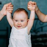 De ouders houden handen van een klein glimlachend meisje royalty-vrije stock foto