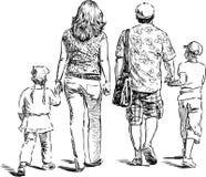 De ouders met hun jonge geitjes gaan voor een wandeling Royalty-vrije Stock Fotografie