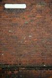 De ouderwetse bakstenen muur van het straatteken Stock Foto's