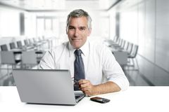 De oudste die van de zakenman binnenlands modern bureau werkt royalty-vrije stock afbeeldingen