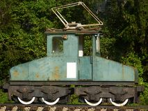 De oudste elektrische locomotief in Roemenië wordt getoond in Busteni-station Stock Fotografie
