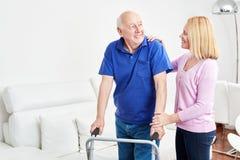 De oudste met leurder doet rehab met therapeut royalty-vrije stock afbeelding