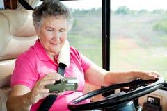 De Oudste van rv - Vrouw die GPS met behulp van stock afbeeldingen
