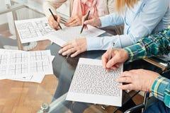 De oudsten doen geheugen opleiding met labyrint stock afbeeldingen