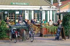 De oudsten genieten van bij een terras in Lage Vuursche, Hollan stock foto's