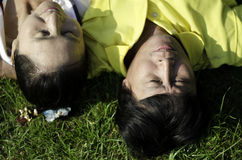 De oudsten koppelen het liggen op gras Stock Foto's