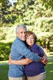De oudsten in liefde in de zomer parkeren Royalty-vrije Stock Foto's