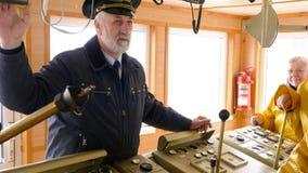 De Oudstenteam van kapiteinscabin ship sailors Vrouwen stock videobeelden