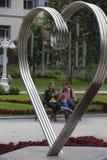 - de output van een jong paar in Soc van Moskou van de Parkkluis Stock Foto's