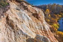 De output van limy rotsen van organische oorsprong dichtbij de rivier Weste stock afbeeldingen
