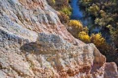 De output van limy rotsen van organische oorsprong dichtbij de rivier Weste royalty-vrije stock afbeelding