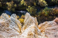 De output van limy rotsen van organische oorsprong dichtbij de rivier Weste stock fotografie