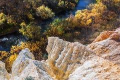 De output van limy rotsen van organische oorsprong dichtbij de rivier Weste royalty-vrije stock afbeeldingen