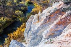 De output van limy rotsen van organische oorsprong dichtbij de rivier Weste royalty-vrije stock foto's