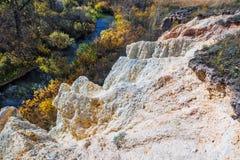 De output van limy rotsen van organische oorsprong dichtbij de rivier Weste royalty-vrije stock fotografie