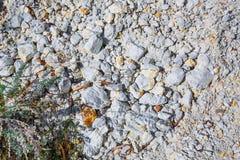 De output van limy rotsen van organische oorsprong dichtbij de rivier Weste stock afbeelding