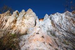 De output van limy rotsen van organische oorsprong dichtbij de rivier Weste stock foto